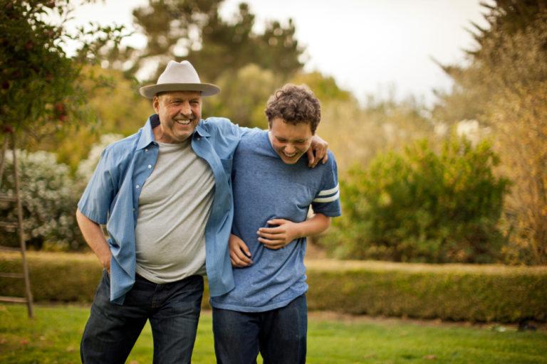 avô e e neto se abraçando
